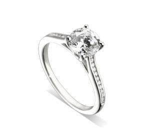 Lumineuse : Bague de fiançailles en or blanc 18k, cathédrale et sertie diamants G/VS. Épaules serties rail 24 diamants G/VS total 0.11 carats.