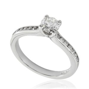 Rayonnante : Bague de fiançailles en or blanc 18k, sertie diamants G/VS. Épaules serties rail 14 diamants G/VS total 0.16 carats.