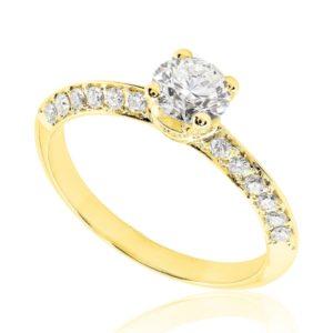 Scintillante : Bague de fiançailles en or jaune 18k, micropavée sur épaules biseautées. Épaules et griffes pavées, serti grain 40 diamants G/VS total 0.25 carats.