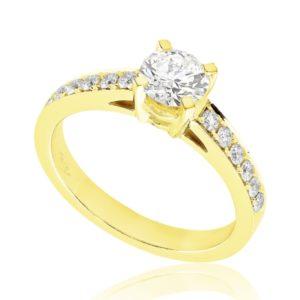 Radieuse : Bague de fiançailles en or jaune 18k aux épaules pavées. Épaules pavées, serti grains 12 diamants G/VS total 0.17 carats.