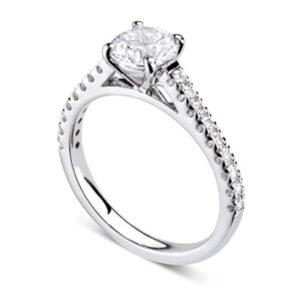 Chatoyante : Bague de fiançailles en platine aux épaules serties sur cathédrale. Épaules serties griffes en U 18 diamants G/VS total 0.21 carats.