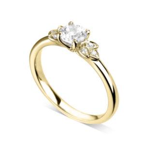 Florale : Bague de fiançailles en or jaune 18k bordée de pétales serties de diamants. Pétales serties grains 6 diamants G/VS.