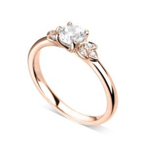 Florale : Bague de fiançailles en or rose 18k bordée de pétales serties de diamants. Pétales serties grains 6 diamants G/VS.