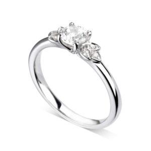 Florale : Bague de fiançailles en platine bordée de pétales serties de diamants. Pétales serties grains 6 diamants G/VS.