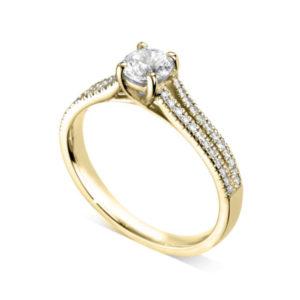 Etincelante : Bague diamant en or jaune 18k à griffes en treillis et pavage sur épaules fendues. Épaules pavées en serti dressé 48 diamants G/VS total 0.17 carats.