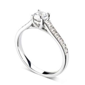 Resplendissante : Bague diamant en or blanc 18k à griffes en treillis et épaules pavées. Épaules serties double-grains 14 diamants G/VS total 0.20 carats.