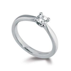 Pure : Bague solitaire diamant en platine aux épaules effilées. Production et livraison en 7 à 4 jours ouvrés.