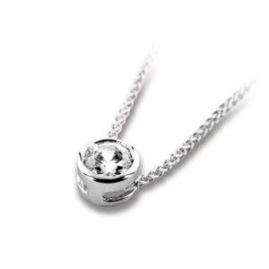 Pure : Pendentif diamant en or blanc 18k serti clos sans bélière, chaîne en or incluse. 0  diamants.