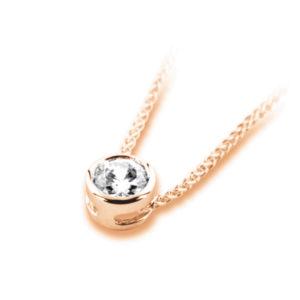 Pure : Pendentif diamant en or rose 18k serti clos sans bélière, chaîne en or incluse. Production et livraison en 10 à 5 jours ouvrés.